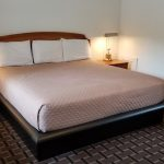 Guest room with 1 King Bed | Budget Inn Breezewood